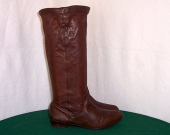Sz 8 Women Vintage tall brown leather 1990s Frye pull on flat riding boots.