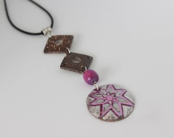 Original vertical necklace in purple and Brown coconut wood.