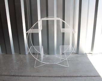 Circular wire plant stand in white