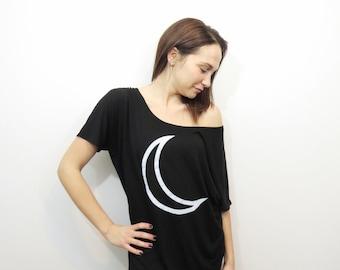 Womens t-shirt ample. t-shirt noir de la lune. top en croissant de lune. chemise ample noire. chemise femmes en noir. t-shirt noir et blanc de la lune. chemise de lune