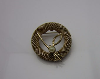 Vintage Costume Jewellery Mesh Wreath Circle Brooch Pin Floral Design Imitation Pearl Circa 1960s Gold Tone Metal