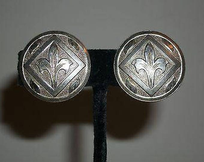 Vintage 70s Boho Hippie Chic Floral Silver Stainless Steel Flower Lilly Womens Round Chunky Huggie Clip Earrings