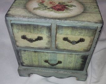 Decoupage jewwel box.