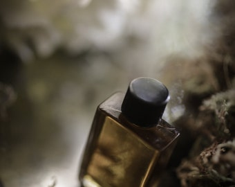 Northern Moongarden - natural floral perfume with notes of lily, hydrangea, lilac, moss, lavender - botanical perfume oil