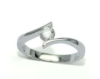 Solitaire diamond engagement ring in 18kt white gold. Natural diamond 0.3ct E-F;VS