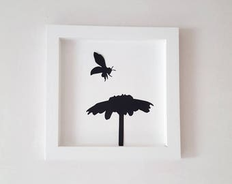 "The white ""Bee and the Daisy"" wooden frame 25 x 25 cm"