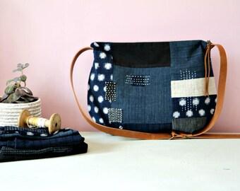 Besace en tissus japonais indigo avec bandoulière en cuir, Sac patchwork brodé à la main, Sac bandoulière zippé, Boro japonais, Sashiko