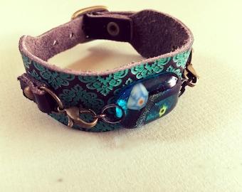 Bracelet en cuir avec bracelet ornée d'un cabochon en verre