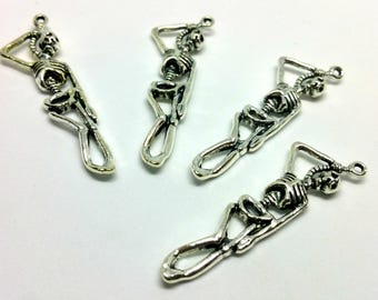 x 1 charm - hanged skeleton - Halloween chill horror - silver