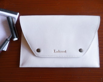 White leather pouch, sober and elegant.