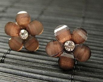 Marguerite brun boucles d'oreilles de poste de fleur avec le dos de Stud boucles d'oreilles argent. Fleur bijoux en tombant par hasard sur la sainteté. Bijoux faits main.