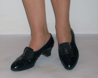 Dashing vintage navy day shoes, so 1930s, w/ornate tabs US 8 1/2 /  UK 6 1/2