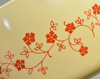 Yellow Pyrex Dish. Pyrex Trailing Flowers Casserole Dish. Trailing Flowers Pattern. 475-B. Retro Kitchen. Vintage Table.