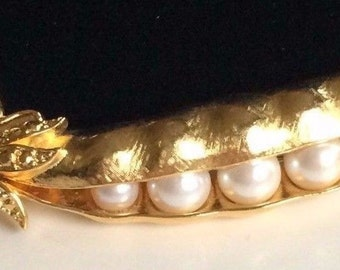 Vintage Trifari Brooch Pin~PEAS IN A POD~Pearls/Gold Tone~Signed