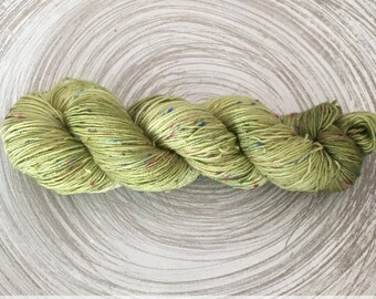 Nunki low tweedee wool size fingering, shades of lime green, hand dyed Merino Wool and nylon, 100g / 400 m
