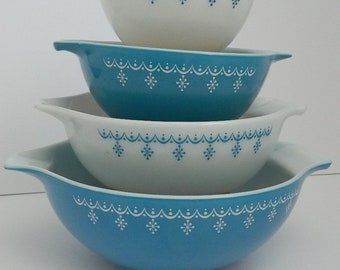Pyrex Set of 4 Nesting Bowls in vSnowflake Bowls, Blue and White Cinderella Handles