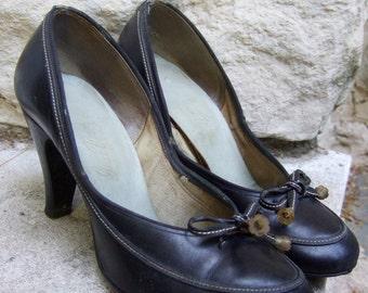 1950s Black Leather Bow Pumps