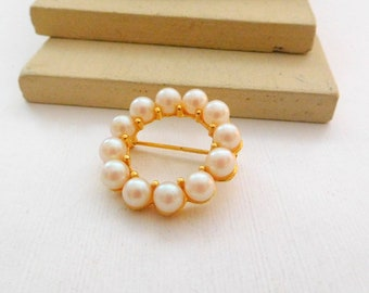 Vintage Small Glass Pearl Bead Gold Tone Open Circle Wreath Brooch Pin I30