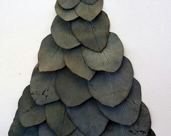 Lienzo de una  mujer vestida de eucalipto preservado