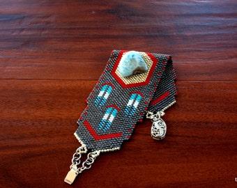 Tissée en perles manchette Peyote perles Bracelet Delica perles en étain, noir et une touche de rouge pour accentuer la pierre Larimar est unique en son genre