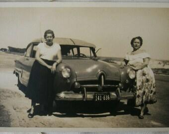 Vintage photography.Classic car.Ephemera.Uruguay.Black and white.Women.Auto antiguo.Beach.Ephemera.1950s.Sepia.To frame.Collectible.To frame