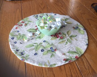 Reversible floral/fruit table mat