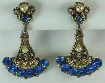 Vtg 40s blue stones and faux pearl dangle earrings in gold tone metal screw back earrings