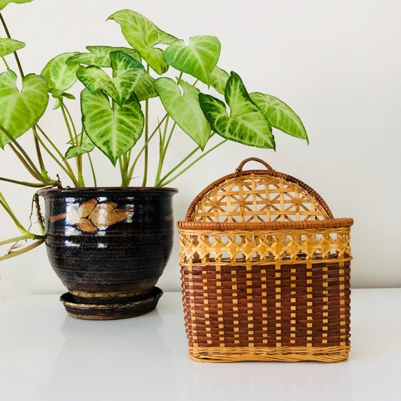 Vintage Rattan Basket Woven Wicker Wall Pocket Plant Basket Letter Storage Basket Holder Boho Jungalow Wall Decor