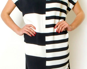 Black And White Striped Short Sleeve Loose dress Maternity Striped dress Oversized Tunic Summer day dress with V neck.