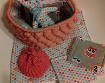 a basket of toiletries with 14 wipes, a tawashette, a changing mat and a blanket. Fabric OWL pattern
