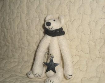 Némésis le petit ours blanc en laine cardée / fait main / pièce unique