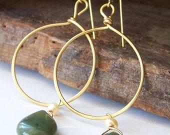 Gold Creolen mit Jade: gehämmert Hoop Ohrringe mit grünen Jade und Süßwasser Perlen, Etsy, Etsy Schmuck