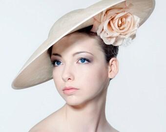 Asymmetrische Hut mit Seidenblume und leichte Verschleierung perfekt für Hochzeit, Melbourne Cup, Royal Ascot