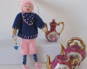 Felt Art Dolls and Miniatures Hanging Ornament, Hard working Larry