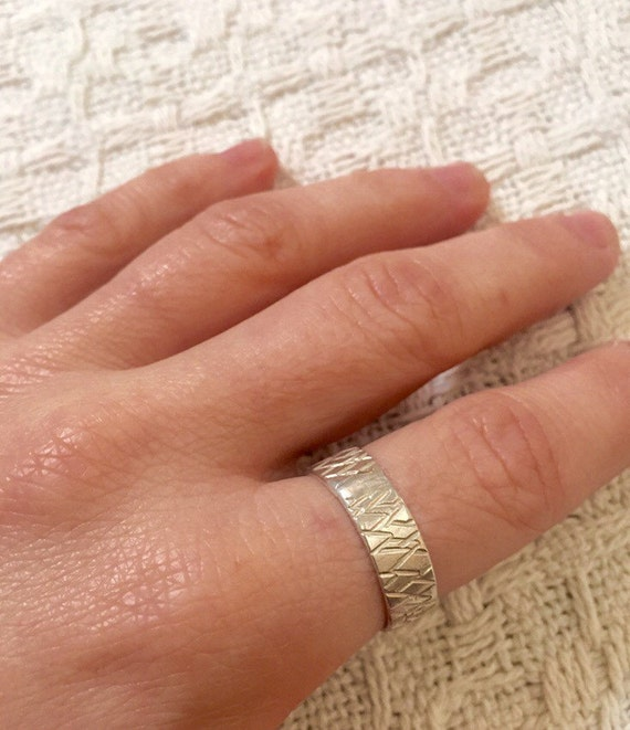 Unisex patterned silver band