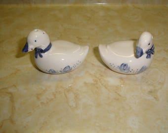 vintage pair salt pepper shakers set blue white duck