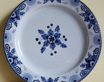 Original Dutch Delftware, Delfts Blauw, gorgeous dinner plates in blue and white, made of earthenware, old traditional decoration of Holland