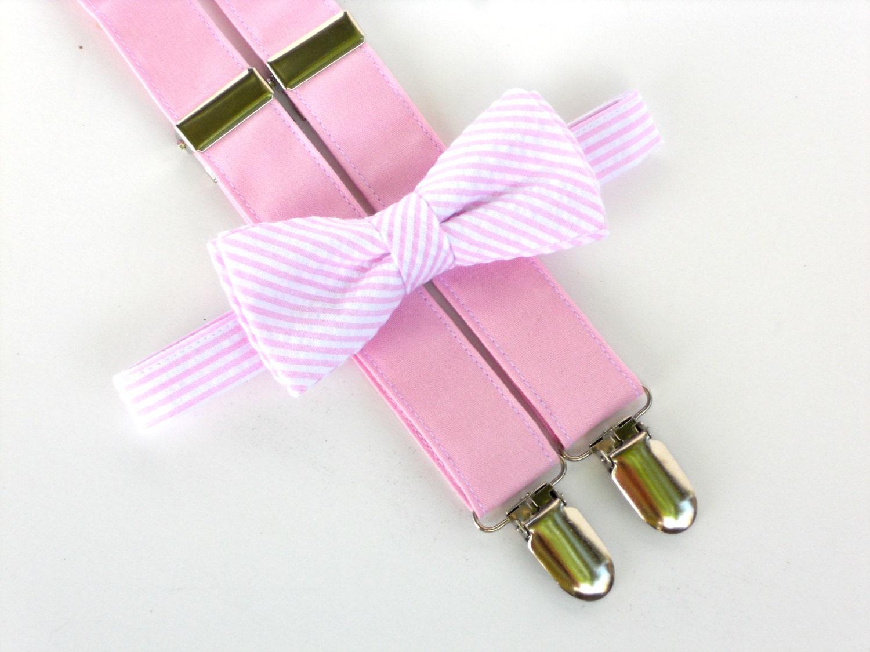 Muchachos de traje corbata de moño rosa y tirantes de la