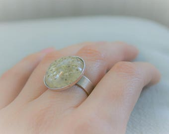 Adjustable ring, old silver with resin cabochon and dry flower