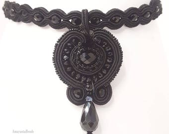 Collarino nero  in soutache  - Collana girocollo ricamato con perle in vetro Must Have  per gli amanti del nero totale