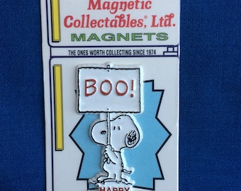 Vintage Snoopy holding a Sign that reads Boo! Happy Halloween Magnet Mint in Package Retro Schultz Charlie Brown Peanuts Gang