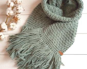 Women's scarf handmade, made spokes.