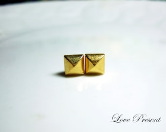 Black Friday Rock N Roll and Punk Pyramid earrings stud style - Color Gold