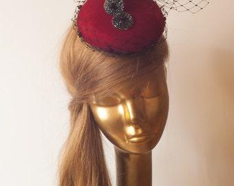 Roter FASCINATOR mit Schleier Hochzeit Mini Hut mit Schleier
