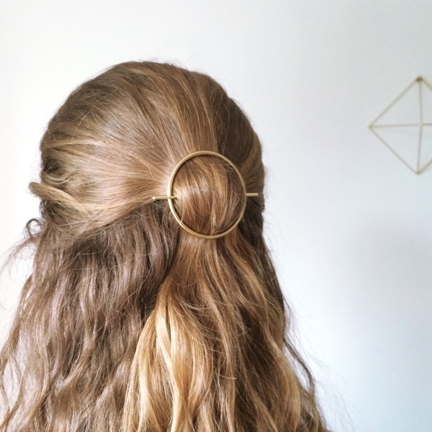 11 days ago · Give your 'do a sleek, chic look by topping it off with the Lulus Amee Gold Ponytail Hair Clip! Brushed gold metal ponytail holder with a minimalist, curved design. Hidden clip underneath for a secure hold. Clip measures 2.