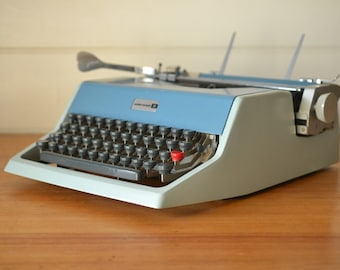Vintage Underwood 21 typewriter blue / grey