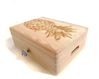 """Wooden box with engraving """"PINEAPPLE"""" with decorative button in porcelain and wood - hand polished"""