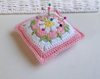 Rose Vintage Pincushion, romantische granny square pincushion, floral mini crochet pillow, handmade Motherdays gift