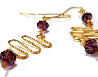 Les boucles d'oreilles fil martelé à la main avec des cristaux de Swarovski violet
