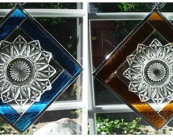 Blütenblatt Teller Set über Glasmalerei Rahmen in Türkis und Bernstein